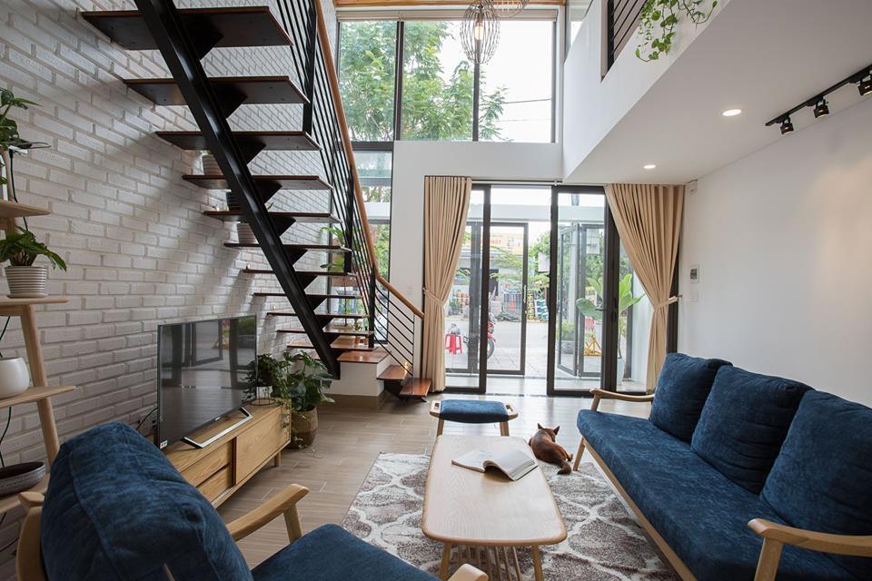 Phòng khách thông tầng nhà phố với thiết kế tầng lửng hiện đại, cá tính, tạo ấn tượng mạnh về chiều sâu.